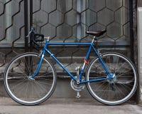 La bella bicicletta d'annata dell'ingranaggio fisso blu luminoso sta sulla via hipster fotografia stock libera da diritti