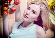 La bella bionda con gli occhi azzurri che guardano seriamente Fotografie Stock
