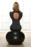 La bella bionda sexy con la figura esile atletica perfetta impegnata nell'yoga, nell'esercizio o nella forma fisica, conduce uno  Immagini Stock Libere da Diritti