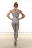 La bella bionda sexy con la figura esile atletica perfetta impegnata nell'yoga, nell'esercizio o nella forma fisica, conduce uno  Fotografia Stock Libera da Diritti