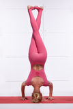 La bella bionda sexy con la figura esile atletica perfetta si è impegnata nell'yoga, i pilates, esercizio o la forma fisica, cond Fotografia Stock