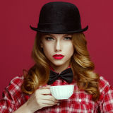 La bella bionda in un cappello d'annata fotografia stock libera da diritti