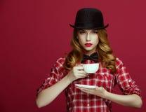 La bella bionda in un cappello d'annata fotografia stock