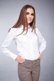 La bella blusa castana sexy della donna di affari copre casuale Immagini Stock