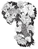 La bella, carpa a specchi variopinta con la spruzzata dell'acqua, il loto e la peonia fioriscono Progettazione giapponese tradizi Fotografia Stock Libera da Diritti