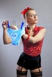 La bella casalinga appende fuori mette Immagine Stock
