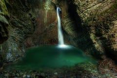 La bella cascata sull'insenatura di Kozjak dentro frana le alpi slovene dentro Immagine Stock