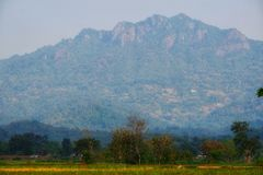 La bella catena montuosa è veduta dalla metà del giacimento verde del riso immagini stock