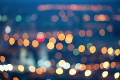 La bella città che offusca le luci magiche sottrae il bokeh circolare sopra fotografia stock