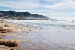 La bella città di Sitges, paesaggio della linea costiera in Sitges, alta marea Fotografia Stock