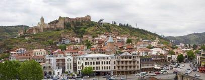 La bella città di Tbilisi uno sguardo con la cima tetti fotografie stock