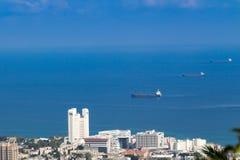La bella città in mare e navi di passaggio Fotografia Stock Libera da Diritti