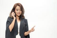 La bella condizione asiatica della donna del ritratto, tiene il telefono, Fotografie Stock Libere da Diritti