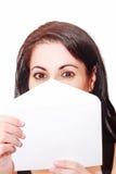 La bella copertura della donna il suo fronte con una lettera è fotografie stock libere da diritti