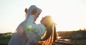 La bella coppia felice sta divertendosi La bella ragazza sorridente sta abbracciando il suo amante bello metraggio 4k romantico stock footage
