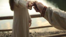 La bella coppia nell'amore che si tiene per mano e balla con garbo sul pilastro del lago Synevir della montagna Momento molto ten archivi video