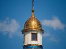 La bella costruzione della chiesa bianca della fede ortodossa splende al sole immagine stock