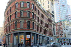 La bella curva allinea nella vecchia e nuova architettura con la gente che passeggia avanti, Boston, 2014 Fotografia Stock Libera da Diritti