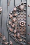 La bella decorazione ha forgiato le porte del metallo Immagini Stock
