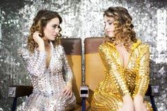 La bella discoteca gemella il catsuit dorato e d'argento dei Immagini Stock
