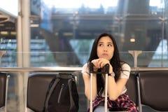 La bella donna affascinante sta aspettando il suo amico andare straniera immagine stock libera da diritti