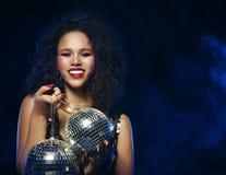 La bella donna africana con creativo compone e le palle della discoteca fotografie stock