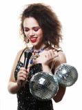 La bella donna africana con creativo compone e le palle della discoteca immagini stock libere da diritti