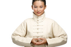La bella donna asiatica fa il gesto di kung-fu Fotografia Stock