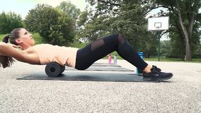 La bella donna ben preparata sta facendo gli esercizi con il rotolo della fascia video d archivio