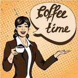 La bella donna beve l'illustrazione di vettore del caffè nel retro stile comico di Pop art Fotografia Stock Libera da Diritti