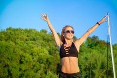 La bella donna in buona salute di misura gode della natura si sente libero e sorride Immagini Stock Libere da Diritti