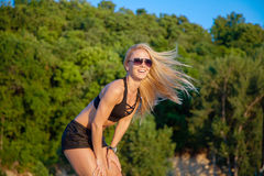 La bella donna in buona salute di misura gode della natura si sente libero e sorride Fotografia Stock