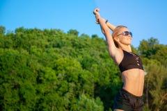 La bella donna in buona salute di misura gode della natura si sente libero e sorride Fotografie Stock Libere da Diritti