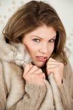 La bella donna in cappotto di inverno ritiene il freddo Immagine Stock Libera da Diritti