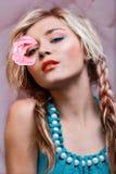 La bella donna con è aumentato Fotografia Stock