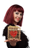 La bella donna con cuore ha imballato in un contenitore di regalo Immagini Stock Libere da Diritti