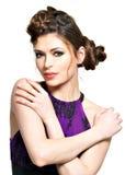 La bella donna con l'acconciatura alla moda con le trecce progetta Fotografia Stock Libera da Diritti