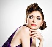 La bella donna con l'acconciatura alla moda con le trecce progetta Immagini Stock Libere da Diritti