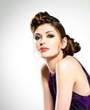 La bella donna con l'acconciatura alla moda con le trecce progetta Fotografia Stock