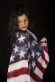 La bella donna con la bandiera americana coperta sulla spalla che guarda fa Immagini Stock Libere da Diritti