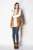 La bella donna con le gambe lunghe ha vestito la posa casuale Fotografie Stock