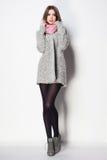 La bella donna con le gambe lunghe ha vestito la posa elegante Fotografia Stock Libera da Diritti