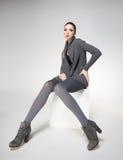 La bella donna con le gambe sexy lunghe ha vestito la posa elegante Immagini Stock Libere da Diritti