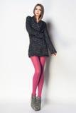 La bella donna con le gambe sexy lunghe ha vestito la posa elegante in Th Fotografie Stock Libere da Diritti