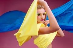 La bella donna con luminoso compone fotografia stock libera da diritti