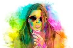 La bella donna coperta in arcobaleno ha colorato la polvere Holi colora il festival fotografia stock