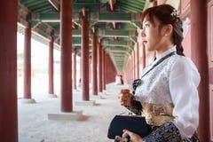 La bella donna coreana ha vestito Hanbok nel palazzo di Gyeongbokgung a Seoul immagine stock
