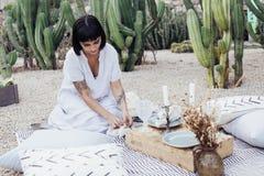 La bella donna decora la tavola di cena fotografie stock libere da diritti
