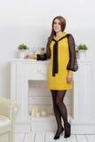 La bella donna dei beznes di manifestazioni della ragazza annuncia lo stile di affari del catalogo dell'abbigliamento nello studi Fotografie Stock