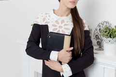 La bella donna dei beznes di manifestazioni della ragazza annuncia lo stile di affari del catalogo dell'abbigliamento nello studi Fotografia Stock